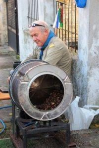 De verse kastanjes worden in een oude wasmachinetrommel boven het vuur geroosterd. Heeeeerlijk!