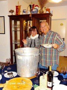 Angela De Nicolo - Ad Smets schept de bonensoep voor de gretige bezoekers