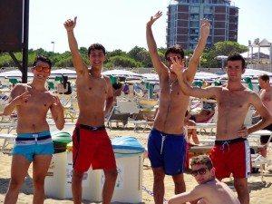 Jongeren aan het strand
