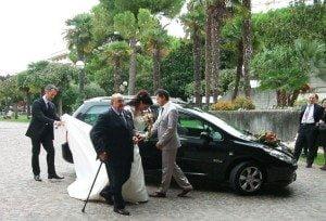 bruid komt dik een uur te laat bij de kerk aan....