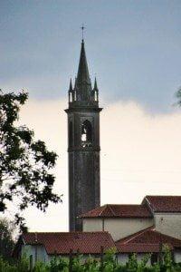 onweersdreiging boven kerk van Bugnins